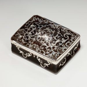 ANTIQUE SILVER TORTOISESHELL AND SILVER PIQUE SNUFFBOX