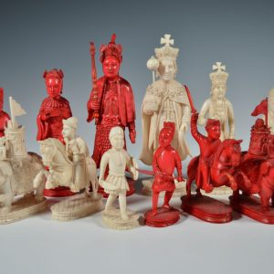A FINE EARLY 19TH CENTURY CHINESE IVORY GEORGE III CHESS SET